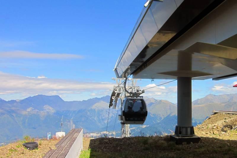 Роза Хутор. Кабинка канатной дороги в Сочи на самом пике горы.